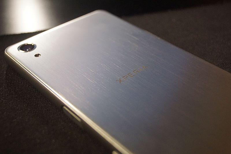 Dos d'un smartphone en métal